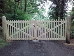 portail bois en lames arrondies 87